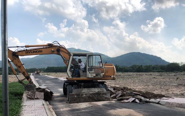 Phá dỡ đường xây dựng trái phép ở xã Tóc Tiên, thị xã Phú Mỹ