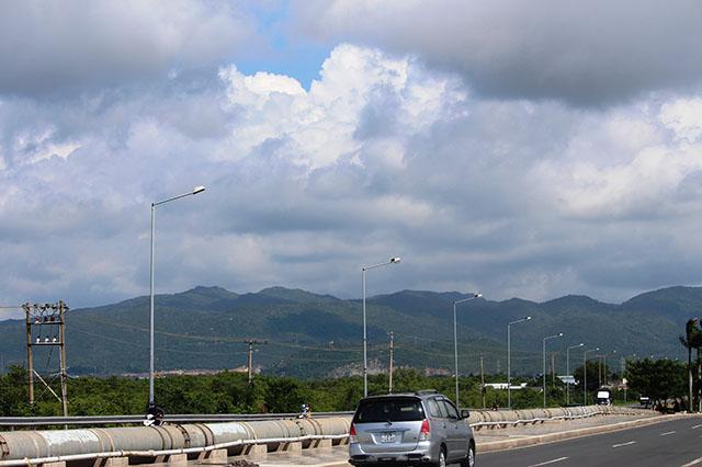 Núi Dinh sở hữu độ cao khoảng 500m, thuộc địa phận xã Tân Hải, thị xã Phú Mỹ